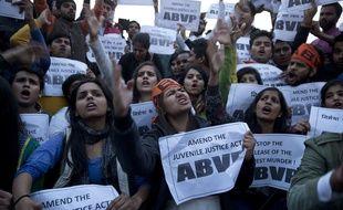 Des membres de l'ABVP, une association étudiante indienne, manifestent le dimanche 20 décembre, à New Delhi, contre la décision de libérer le plus jeune des condamnés dans l'affaire du viol collectif qui avait bouleversé l'Inde en 2012.