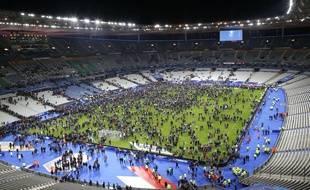Le public a envahi la pelouse du Stade de France le 13 novembre 2015.