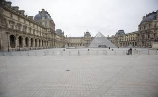 Le musée du Louvre à Paris est désert depuis l'annonce des mesures de confinement en France.