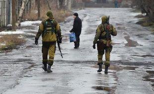 Des combattants prorusses dans une rue de Makiivka dans la banlieue de Donetsk à l'Est de l'Ukraine le 1er février 2015
