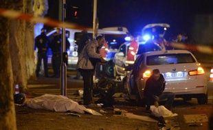 Deux mineurs interpellés samedi soir après la mort d'un homme à scooter percuté par une voiture volée à Marseille, ont été mis en examen et écroués lundi soir notamment pour homicide involontaire et port d'armes.