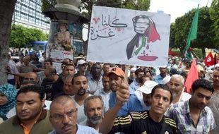 """Manifestation à Tunis le 11 juillet 2014 contre l'offensive israélienne à Gaza, avec notamment le slogan """"nous sommes tous Gaza"""" en arabe sur une pancarte"""