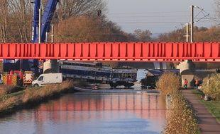 Eckwersheim, le 15 novembre 2015. - La motrice du TGV est sortie du canal Rhin-Rhône par des grues après son déraillement le 14 novembre 2015 lors de tests sur la LGV Est.