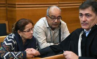 Zoulika et Mohamed Saiah, les parents de Fatima, une lycéenne de 20 ans disparue le 7 mai 2008 à Marseille, avec leur avocat Victor Gioi (d), à l'ouverture du procès du tueur en série Patrick Salameh, le 12 octobre 2015 à Aix-en-Provence