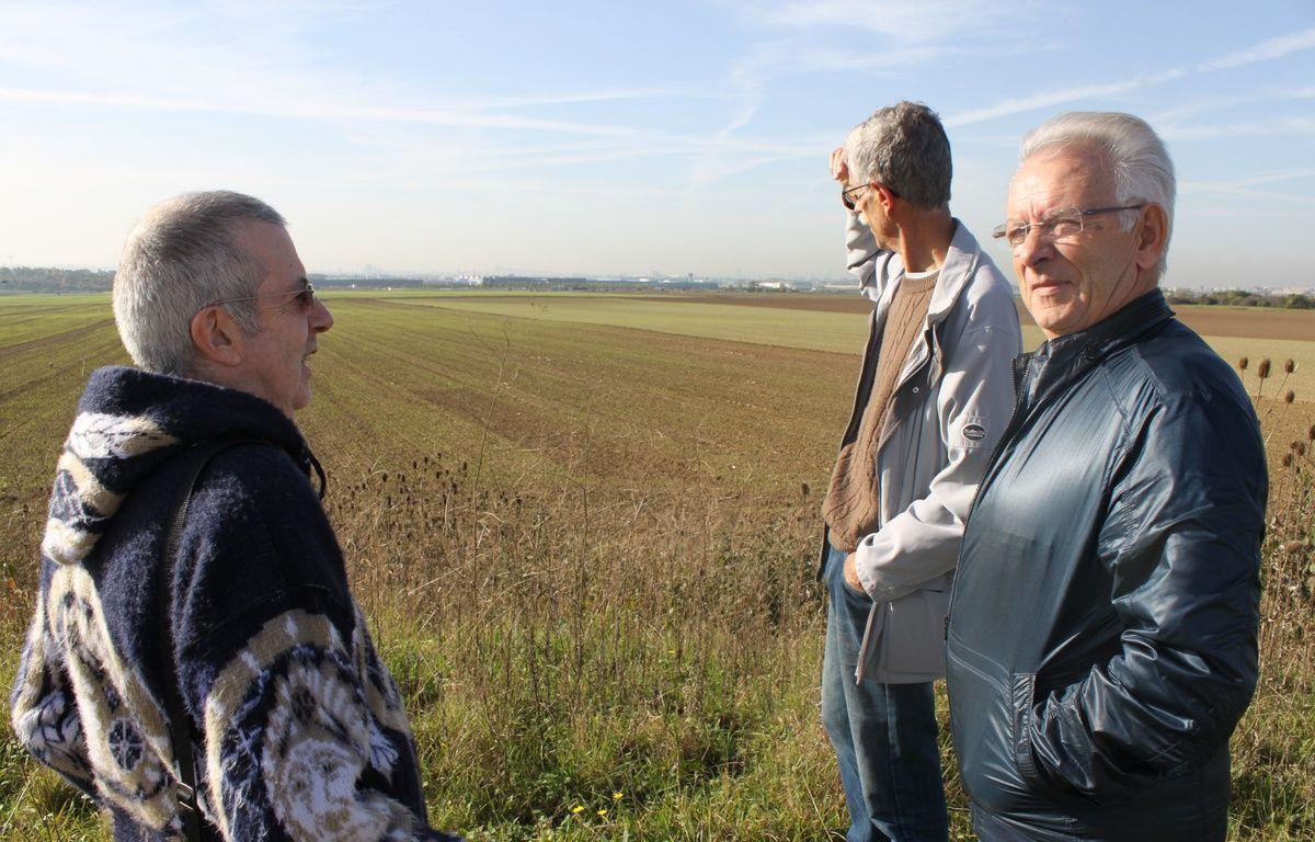 De gauche à droite, Bernard Dhailly, Bernard Loup et Alain Boulanger, du Collectif pour le triangle de Gonesse devant le site qui pourrait accueillir le futur complexe Europacity contre lequel s'oppose le collectif. – F. Pouliquen / 20 Minutes