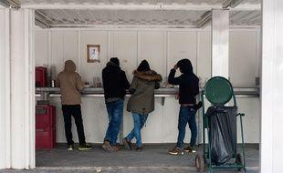La distribution de repas par l'Etat attire peu de migrants à Calais.