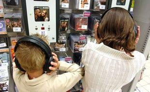 Enfants écoutant de la musique dans un magasin.
