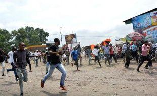 Des manifestants protestent le 20 juin 2015 à Kinshasa contre l'éventualité d'un report des élections présidentielles, prévues fin 2016