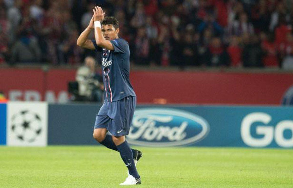 Thiago Silva salue le public du Parc des Princes lors de sa sortie face à Kiev, le 18 septembre 2012 à Paris. – Nivière/SIPA