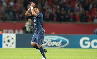 Thiago Silva salue le public du Parc des Princes lors de sa sortie face à Kiev, le 18 septembre 2012 à Paris.