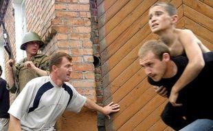 Un enfant libéré par un volontaire le 3 septembre 2014 à Beslan