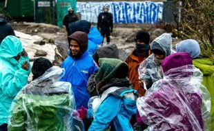 """Des migrants lors de l'évacuation de la """"Jungle"""" le 3 mars 2016 à Calais"""