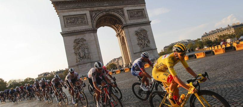 Le maillot jaune Tadej Pogacar (UAE Emirates) passe devant l'arc de triomphe, le 20 septembre 2020, à Paris.