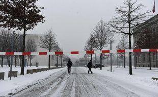 La police bloque le quartier autour de la Chancellerie à Berlin le 6 janvier 2016. AFP / TOBIAS SCHWARZ