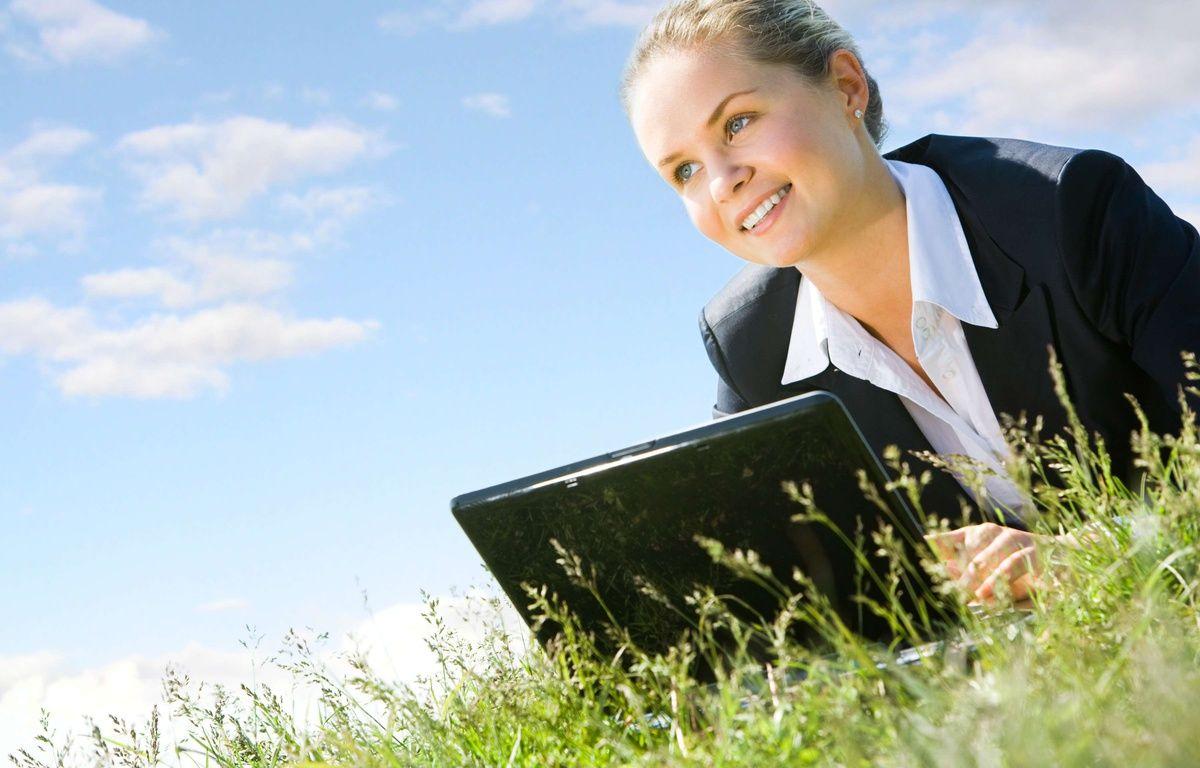 Une jeune femme qui travaille l'été – SUPERSTOCK/SUPERSTOCK/SIPA