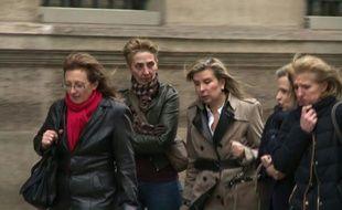 Sylvie (g), Fabienne (2e g) et Carole Marot (d), les filles de Jacqueline Sauvage, arrivent, avec leurs avocats, à l'Elysée, le 29 janvier 2016 à Paris