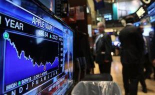 Un écran d'ordinateur montre l'évolution du cours de bourse de Apple, à la Bourse de New York, le 23 septembre 2013
