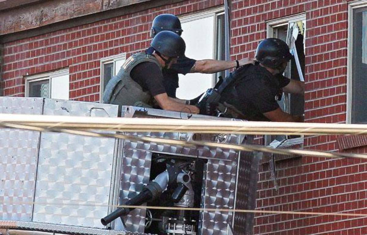 La police tente d'entrer chez le tireur. – Ed Andrieski/AP/SIPA