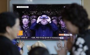 Le leader nord-coréen Kim Jong-un montré à la télévision dans une gare de Séoul, le 14 mai 2017.