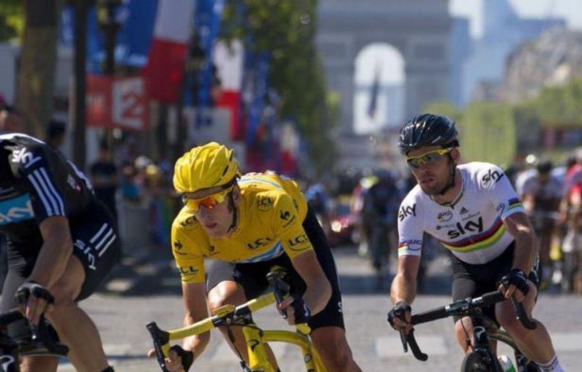 Premier grand pistard vainqueur du Tour de France, Bradley Wiggins a fait triompher pour la première fois les couleurs de l'Union Jack sur les Champs-Elysées, dimanche, au terme d'une course maîtrisée du début à la fin par son équipe Sky. – Joel Saget afp.com