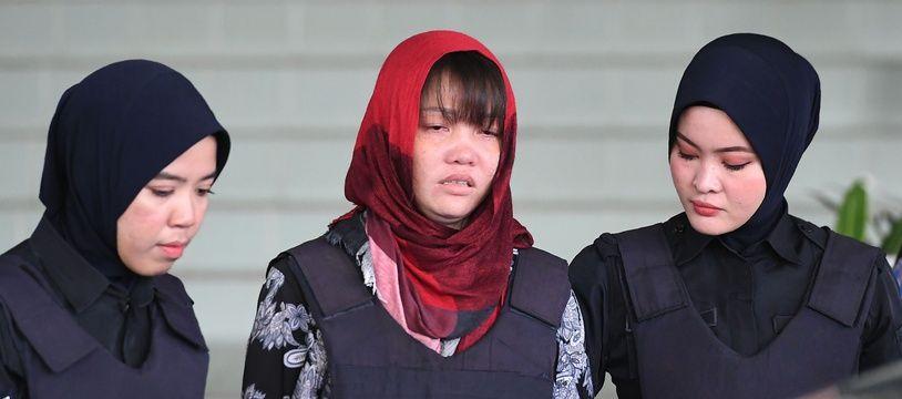 Doan Thi Huong, seule accusée restante du procès de l'assassinat de Kim Jong-nam, est escortée hors du tribunal par la police malaisienne à Kuala Lumpur, le 14 mars 2019.