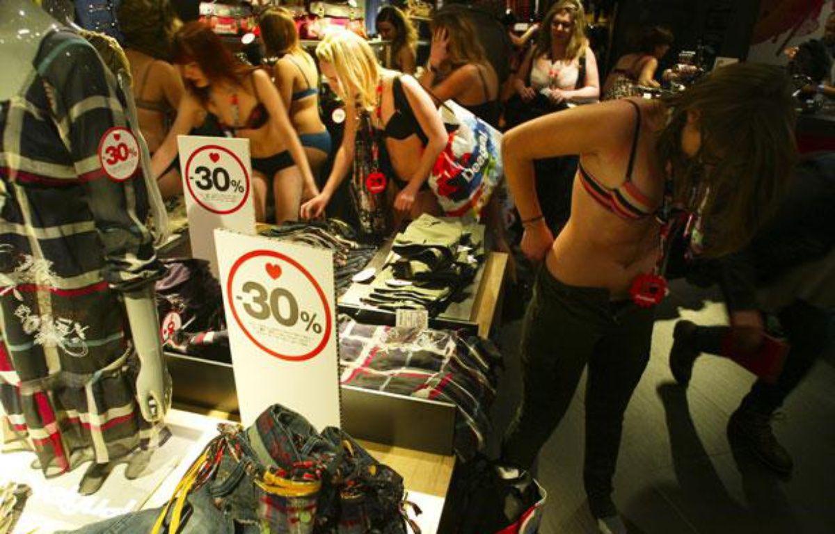 Des Lyonnaises se rendent en sous-vêtements dans un magasin Desigual le premier jour des soldes, le 11 janvier 2012. – Cyril Villemain / 20 Minutes