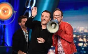 Arthur, Jarry (en veste rouge) et Christophe Beaugrand (en arrière plan) dans «L'Hebdo Show».