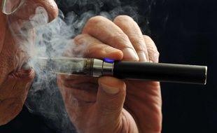Un homme vapotant un cigarette électronique (illustration)