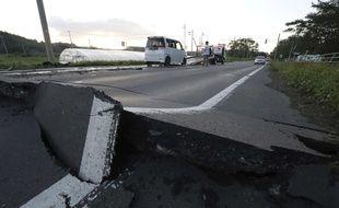 La route endommagée par un séisme à Abira, sur l'île japonaise d'Hokkaido, le 6 septembre 2018.