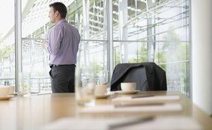 Illustration d'un salarié buvant une tasse de café avant un réunion.