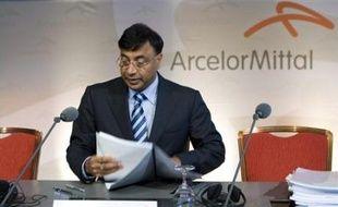 """Le numéro un mondial de l'acier ArcelorMittal a conclu un pacte d'actionnaires avec les actionnaires de référence de l'aciériste chinois China Oriental Group, dont il détient déjà 28%, qui lui permettra de porter sa participation, """"le moment venu"""", à 73,13%"""