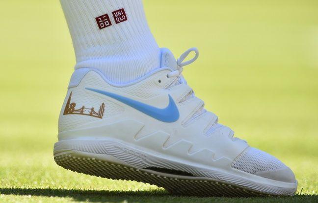 Si Uniqlo est son nouvel équipementier, Roger Federer continue de jouer chaussé de Nike (ici à Wimbledon le 2 juillet 2018).