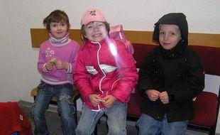 Anna-Bell, le témoin, Anna-Lena et Mika, les deux enfants âgés de sept ans, qui ont fugué pour se marier en Afrique le 1er janvier 2009.