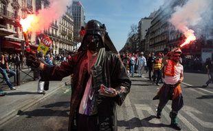 Un manifestant très dark marche contre l'austérité à Paris en avril 2015