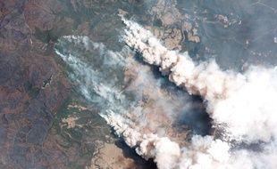 Sur cette Image satellite, prise le 31 décembre 2019, de la fumée s'élève dans le ciel depuis un feu de brousse près du lac Conjolia, en Nouvelle-Galles du Sud (Australie).