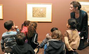 L'accrochage bas sur une vingtaine d'œuvres permet aux enfants de profiter de l'exposition.
