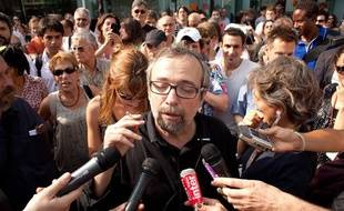 L'humoriste Didier Porte devant la maison de Radio France le 1 er juillet 2010. Il proteste contre son éviction de France Inter ainsi que celle de son confrère, Stéphane Guillon.