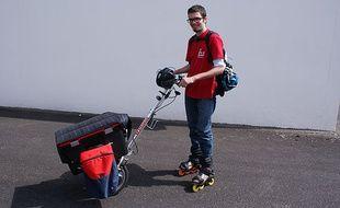 Nicolas Bert avec ses rollers et son chariot près pour le grand départ