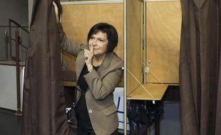 La candidate socialiste Marie Arlette Carlotti vote lors du premier tour des primaires citoyennes du parti socialiste dans un bureau à Marseille, le 13 octobre 2013.