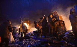 Des manifestants contre le gouvernement ukrainien lors d'affrontements avec la police, le 19 février 2014 à Kiev