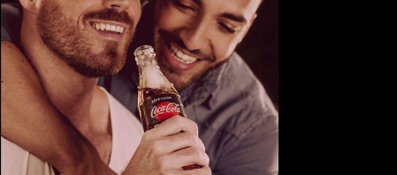 L'une des affiches de la campagne de Coca-Cola met en scène un couple gay.