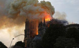 Sur internet, nombreux sont ceux qui partagent leur tristesse devant les images de Notre-Dame de Paris en flammes.