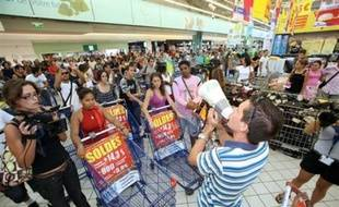 Un appel à une grève générale et reconductible contre la vie chère et pour des hausses salariales a été lancé jeudi à La Réunion par le collectif réunionnais Cospar, à l'issue de deux manifestations à Saint-Denis et Saint-Pierre, au nord et au sud de l'île.