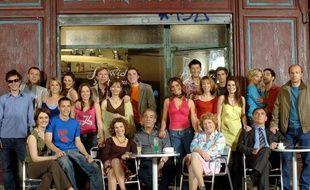Les acteurs de «Plus belle la vie» devant le bar du Mistral.