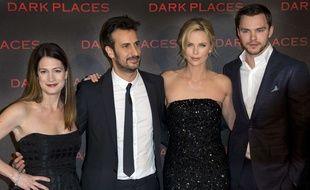 Gillian Flynn, Gilles Paquet-Brenner, Charlize Theron et Nicholas Hoult, lors de l'avant-première de «Dark Places» à Paris, le 31 mars 2015.