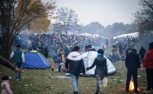 Des migrants et réfugiés attendent à la frontière entre la Slovénie et l'Autriche, le 27 octobre 2015 à Sentilj, en Slovénie