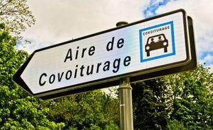 Un panneau qui indique une aire de covoiturage.
