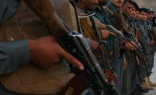 Des policiers afghans au point de contrôle de Kunduz le 23 mai 2015 après une attaque menée par des talibans
