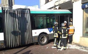 Un bus s'encastre dans une banque à Créteil le 29 janvier 2009