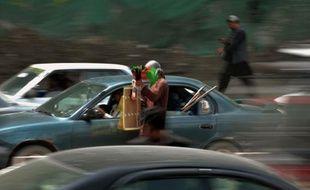 """Un attentat suicide a visé jeudi matin deux véhicules militaires étrangers qui circulaient à Kaboul, a affirmé à l'AFP un responsable de la police afghane en faisant état de """"victimes""""."""